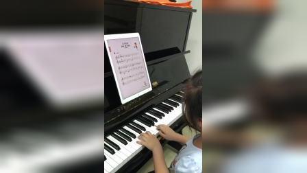 可爱小女孩用伴奏王边弹钢琴边唱