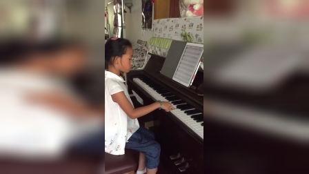 钢琴老师上课时用伴奏王教学生边弹边唱小星星