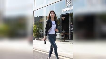美女身材姣好,紧身牛仔裤打扮富有线条感,年长一点韵味就多一分