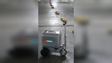 实拍爱尔威骑行行李箱作为停车场到目的地短途代步使用视频