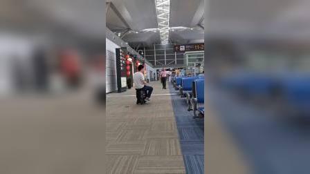 airwheel se3mini 爱尔威智能骑行行李箱机场骑行实拍