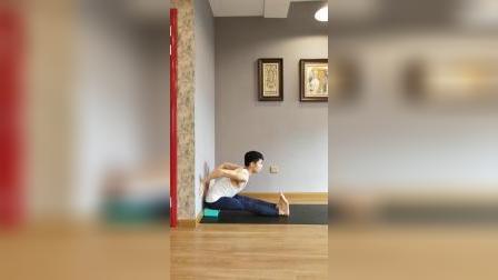 初学者怎样练习坐立前屈?借助墙壁,让习练更简单