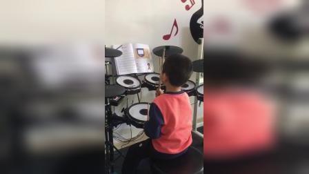 小鼓手独立准确地完成了这首曲子!