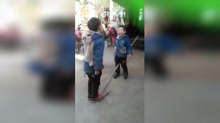 小朋友踩铁锹――自食其果