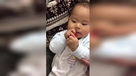 宝贝儿子第一次吃草莓2