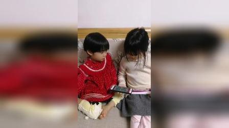 姐姐妹妹玩手机游戏
