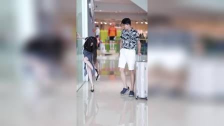 出门记得带个行李箱,说不定可以捡个女朋友回家。#街拍#穿搭