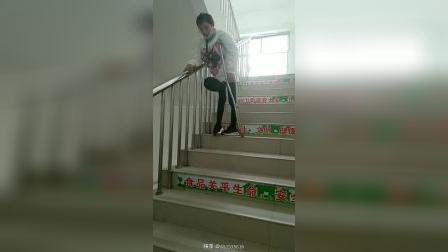 儿麻美女下楼梯