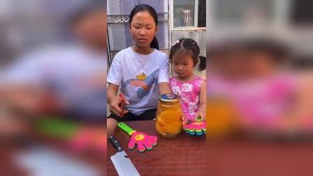 童年趣事:萌娃该怎么打开这个罐头呢?