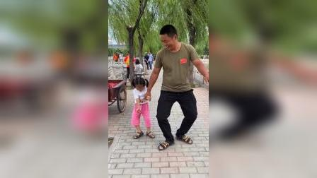 少儿:学爸爸走路