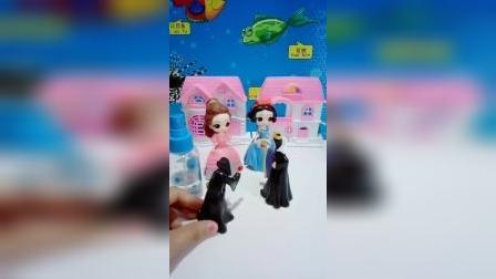 宝宝益智玩具:贝儿现在知道保护妹妹了