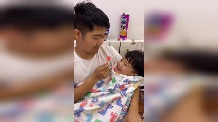 少儿:爸爸喂我吃棒棒糖