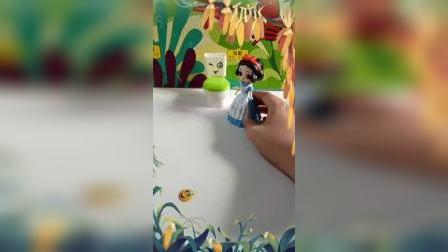 宝宝益智玩具:贝儿给白雪一个辣椒做的饼干。