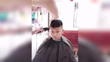 小男孩剃平头.MP4