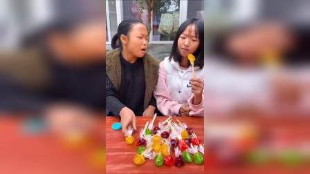 童年趣事:姐姐在吃棒棒糖?