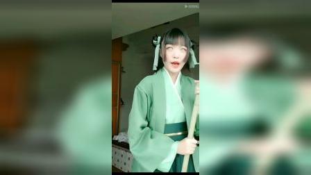 cosplay小姐姐戴纯白美瞳演戏