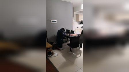 湖南省怀化市郡永学校卢睿哲同学因元月三日长沙市中医院做手术,出院后第二天就开做寒假作业了,因为不能坐只好脆着。