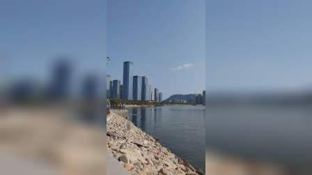 深圳欢乐港湾摩天轮,高128米,每个轿厢内净面积16.8平方米,每个轿厢可乘坐25人,总共28个轿厢,全天景摩天轮,360度旋转美景尽收眼底。