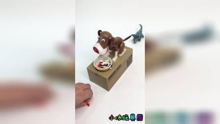 喂玩具小狗狗吃骨头啦,后面还有小恐龙呢
