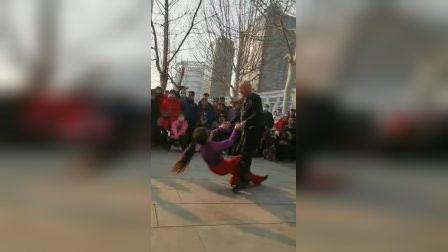 知足老师和舞伴儿燕子美女表演的吉特巴