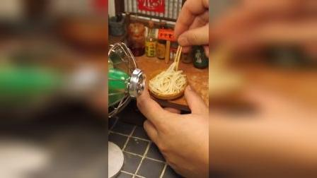 迷你厨房:川味凉面,一定要用电扇吹凉才有感觉哟