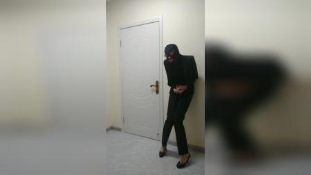 刚上完厕所的短深色肉丝女喽啰被攻击