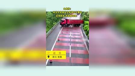 太危险!两货车相继发生侧滑失控事故