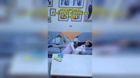 感动!宝爸躺沙发上睡着 一岁半宝宝踮起脚尖为其盖被子