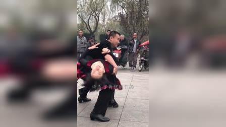 滨芳兄妹吉特巴广场舞!