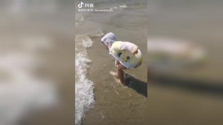 小朋友抓螃蟹