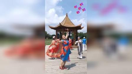 《最美还是我们新疆》#即兴维族舞#公园游玩儿