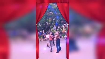zhanghongaaa与阳光美女晨练交谊舞(三步踩ABC,摄像,龙飞凤舞)