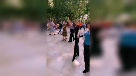 三月里的小雨zhanghongaaa与女步茹意美女跳交谊舞(花式伦巴)短视频