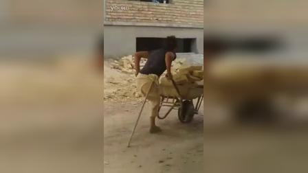 无腿男子工地搬砖,只要不死,就有梦想!