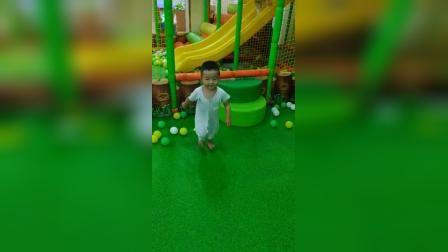 两岁紫烨在留固超市游乐场6