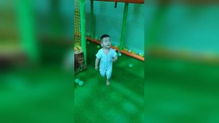 两岁紫烨在留固超市游乐场8