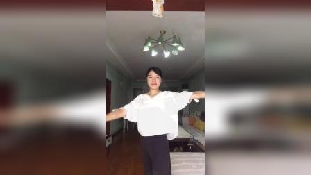 瑜伽前暖身动作三:腰躯转动式(Kati Chakrasana)
