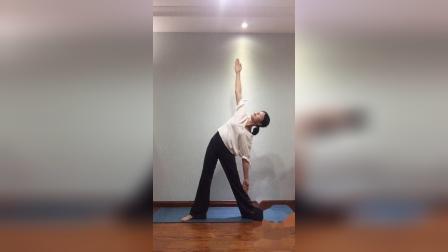 瑜伽前暖身动作四:三角伸展式(Utthita Trikonasana)