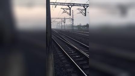 国庆临客K5832通过跨线桥进夹河寨停车待避