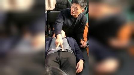 小儿推拿李老师演示颤法等手法实操