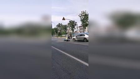 公路周边人烟稀少,人员受伤,车辆损毁,需要多高的水平才能碰上啊!