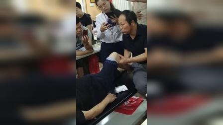 何强老师柔性正骨治疗膝关节膝盖疼痛胫骨移位手法教学讲解_超清_1