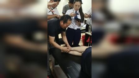 何强治疗膝关节膝盖疼痛腓骨移位手法实操教学讲解_超清