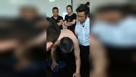 胡青耀连环锁八把半锁平衡定骨锤疗治疗脊柱腰椎疼痛手法课堂教学视频_超清