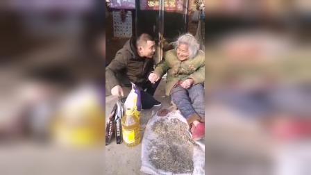 24_今天去看望一位94岁的老奶奶希望大家都多一些对老人的关爱公益正能量小助手