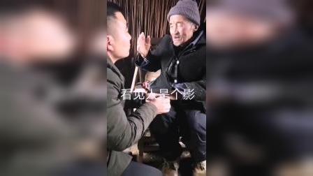 22_一位85岁老爷爷照顾一个收养的残疾儿子希望这个寒冷冬天能给他送去一丝温暖公益正能量小助手
