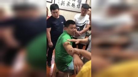 黄炳荣轻手法柔性正骨治疗肩膀胳膊疼痛手法教学_标清