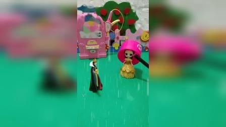 贝儿戴了大帽子,下雨了也淋不着,王后想和贝儿一起避雨