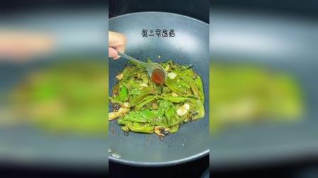 虎皮青椒 做法关键的几个步骤:一全程大火,二青椒拍扁或下锅压扁,三爆炒青椒时不用放油