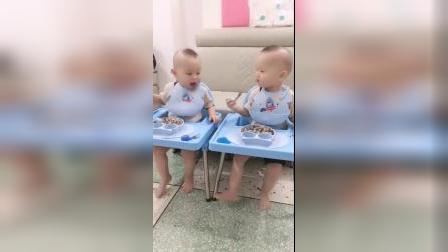 这就是双胞胎的爱恨情仇,眼前的一幕,太逗了